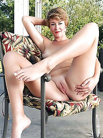 Glamorous mature dame posing totally undressed